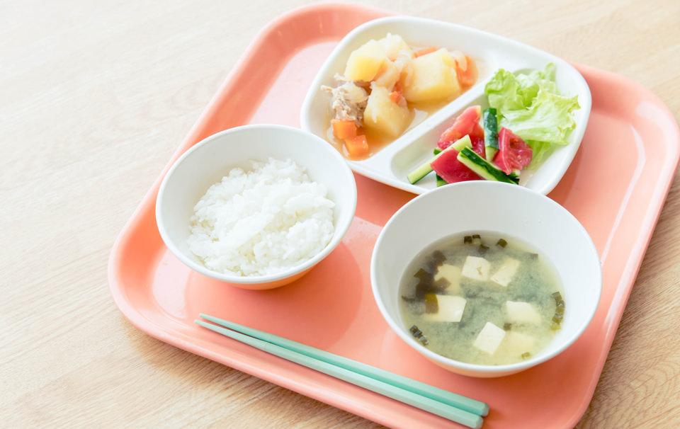 肉じゃが、夏野菜の甘酢和え、レタス、わかめとえのきたけの味噌汁