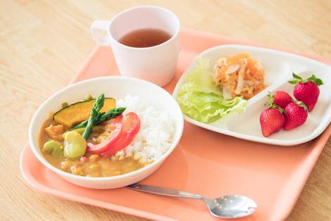 野菜カレーライス/人参と切り干し大根のナムル/レタス/いちご
