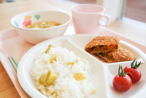 そら豆ごはん/かぼちゃサンドフライ/ミニトマト/春キャベツのかき玉スープ